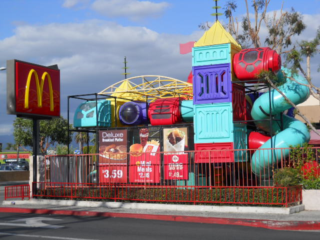 https://upload.wikimedia.org/wikipedia/commons/a/af/McDonald%27s_with_Prominent_Playland.JPG