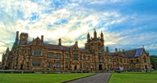 https://upload.wikimedia.org/wikipedia/commons/thumb/e/e8/The_Main_Quadrangle_of_the_University_of_Sydney.png/1280px-The_Main_Quadrangle_of_the_University_of_Sydney.png