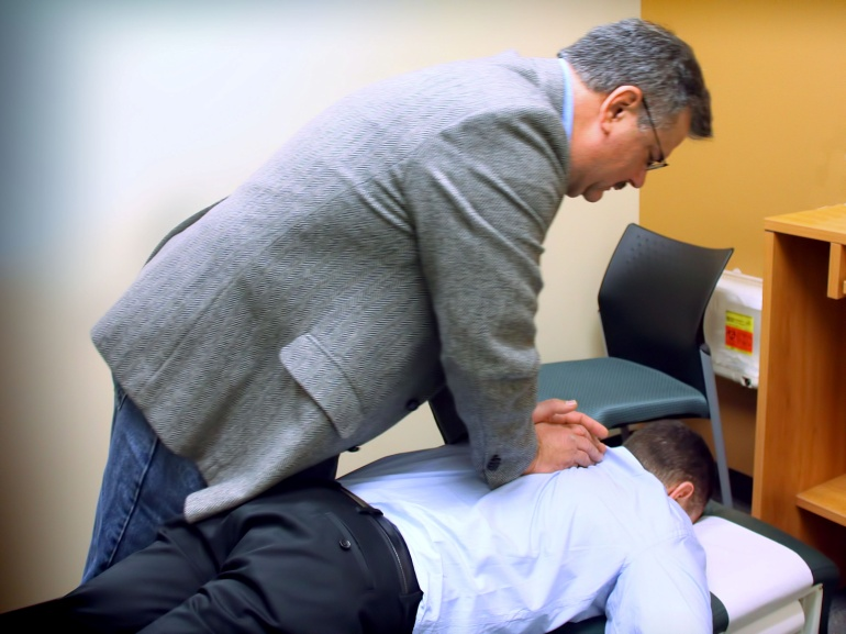 Z:\618-20181027\Final\B Section\B22-26 health\chiropractic-back-pain.jpg