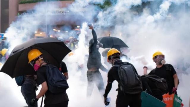 香港反送中,港人在街头被警方催泪弹攻击,奋力抵抗。(图片来源:Getty Images)