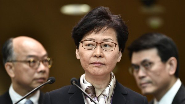 香港特首林鄭月娥公開以「廢青」形容「反送中」示威者,逾350名港府公務員連署公開信表示無法認同。