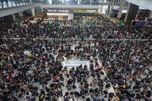 """近5000名示威者周一下午在香港机场集会要求""""黑警还眼""""。(图片:看中国摄影/王一诺)"""