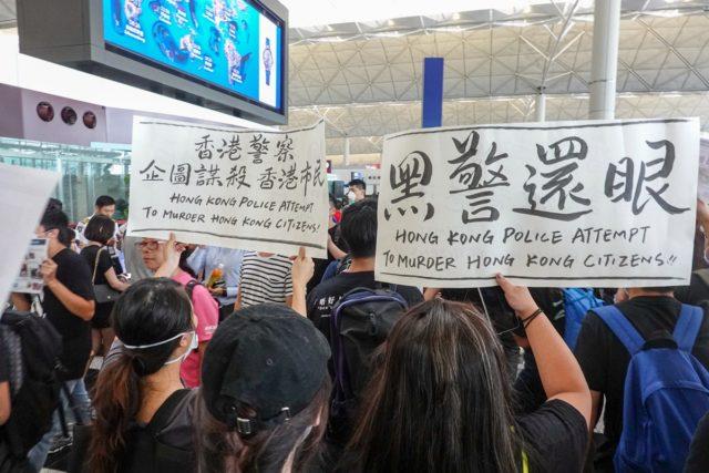 """一些示威者用黑布蒙眼,以此象征为被射中右眼的女子""""讨回眼睛""""。(摄影:看中国/王一诺)"""