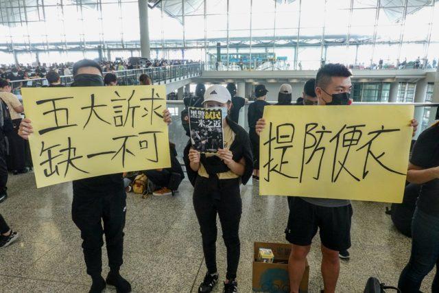 近5000名示威者周一下午在香港机场集会。(摄影:看中国/王一诺)