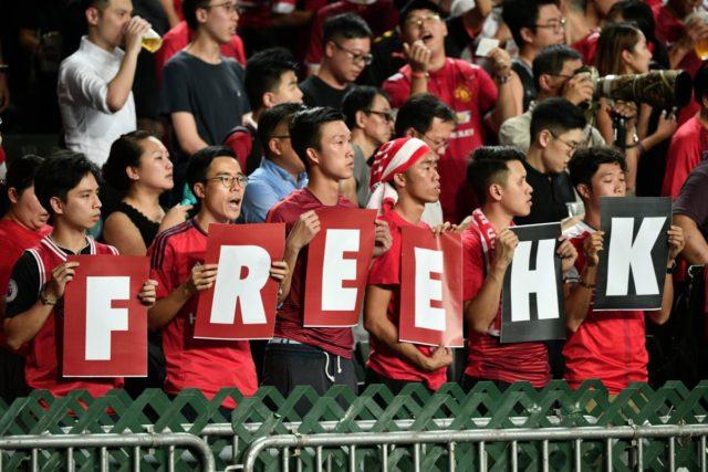 世界杯亚洲预选赛香港对伊朗的比赛中 香港球迷在观看比赛中表达反送中诉求(图片来源:ANTHONY WALLACE/AFP/Getty Images)