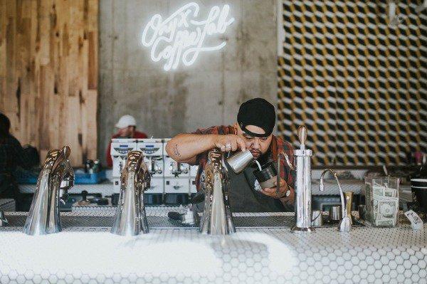 咖啡店员工在聚精会神冲咖啡