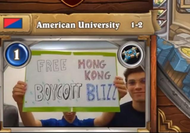 美國大學電競選手在比賽中舉起支持香港抵制暴雪娛樂的牌子(圖片來源:YouTube截圖)