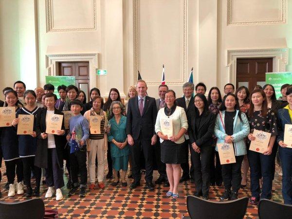 澳洲移民部長與華裔合影