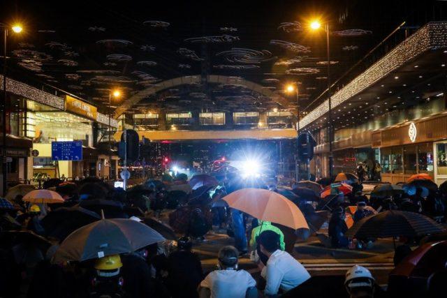 示威者與警對峙