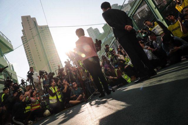 香港特首林郑月娥在区议会选举当天接受传媒采访(图片来源:中央社)