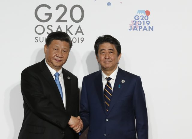 习近平和日本首相。(图片来源:Kim Kyung-Hoon - Pool/Getty Images)