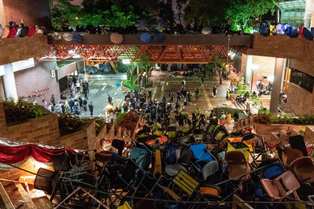 示威者14日在香港理工大學設置路障。(圖片來源: Anthony Kwan/Getty Images)