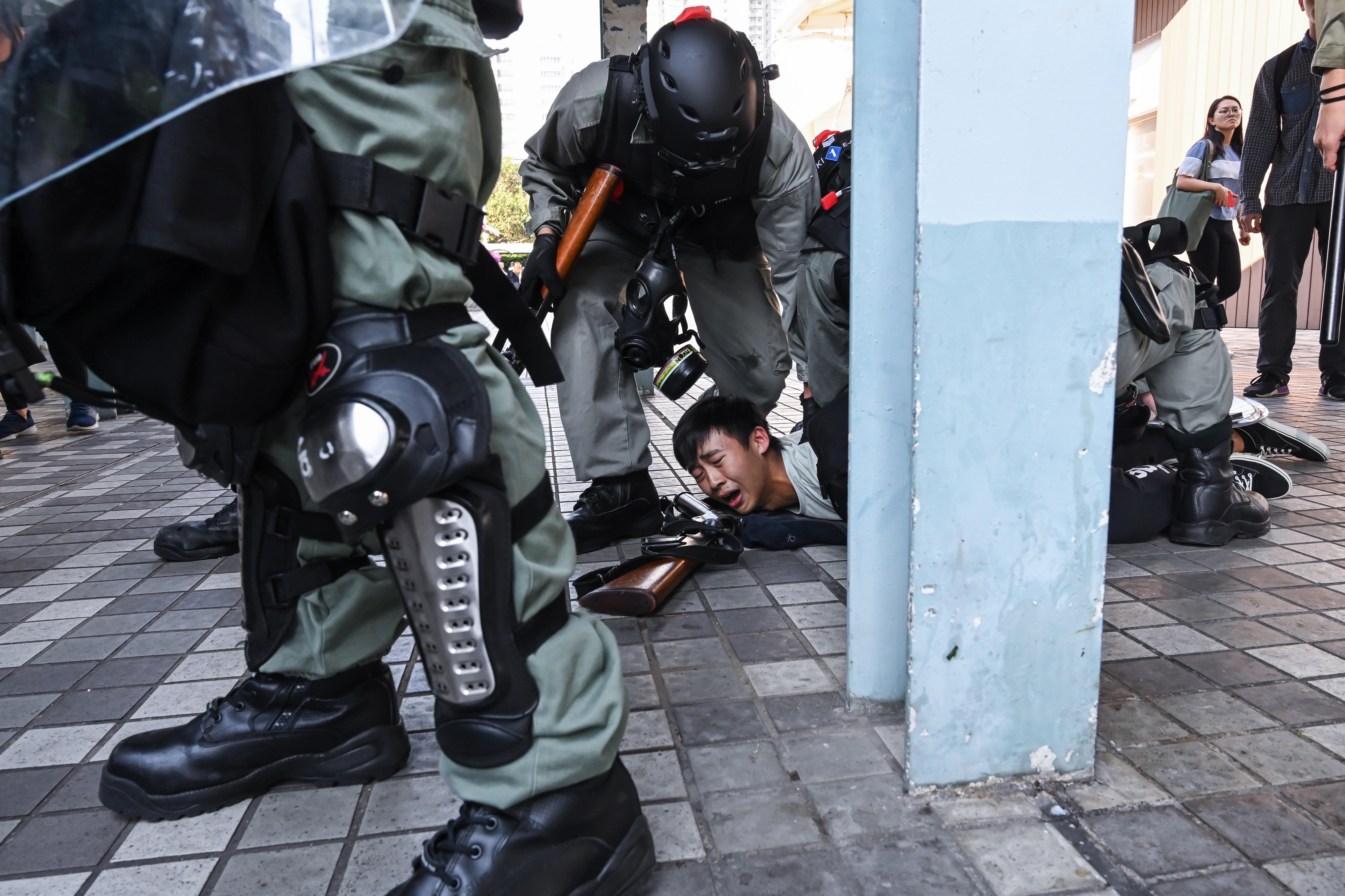 香港警察11日逮捕一名示威者(圖片來源:Billy H.C. Kwok/Getty Images)
