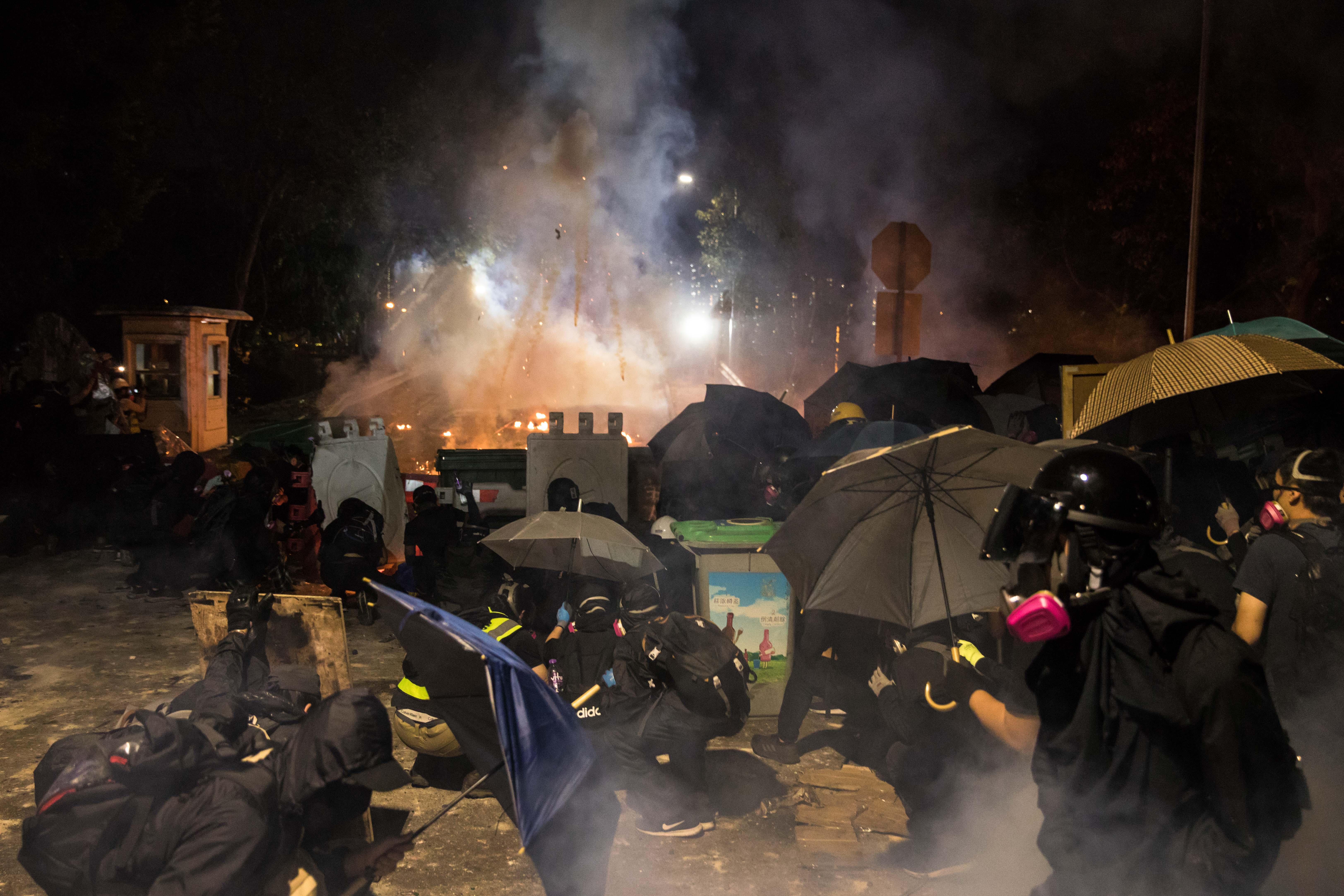 示威者接連2天再中大與警方對峙(DALE DE LA REY/AFP via Getty Images)