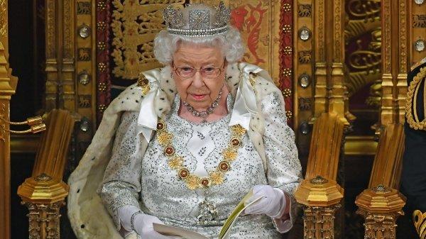"""动物维权团体Animal Aid认为女王的决定很""""正面"""",但呼吁女王的这项措施也适用于典礼仪式上穿的衣袍。"""