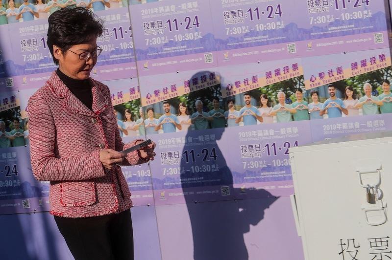 香港特首林郑月娥前往投票站投票。(图片来源:中央社)