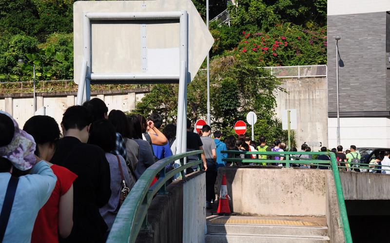 大量香港市民排队等待投票。(图片来源:中央社)