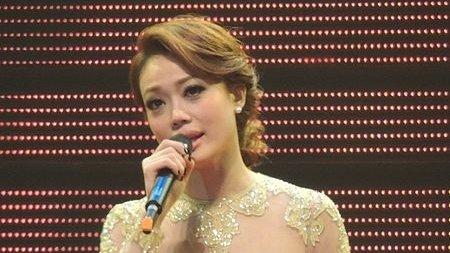 香港歌手容祖儿的一句歌词,一张自拍,竟无端引来轩然大波。