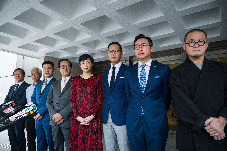 民主派议员在香港高等法院外会见传媒。(图片来源:PHILIP FONG/AFP via Getty Images)