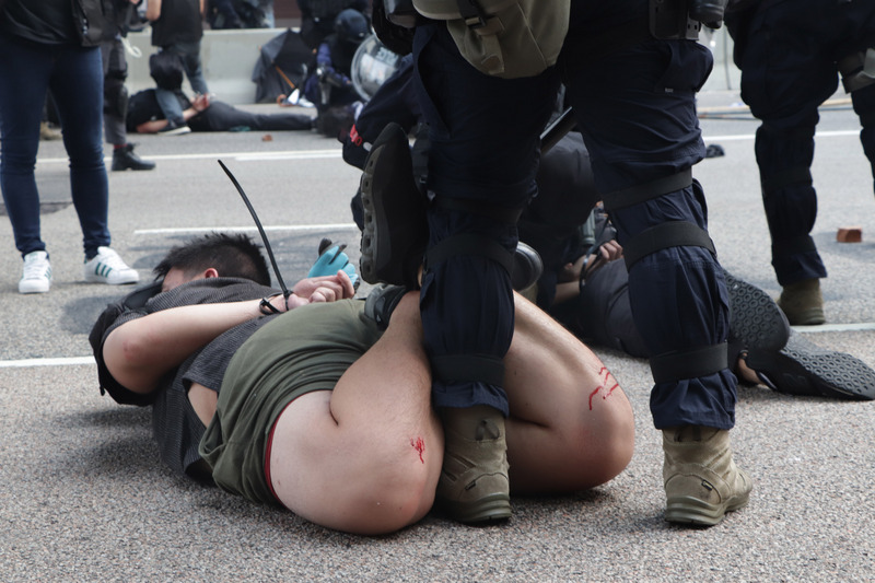 港警逮捕反送中示威者。(圖片來源:中央社)