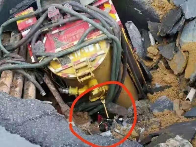 中國廣州市發生道路塌陷。圖為稱是失蹤人家屬提供掉入坑洞中,仍可見頭部,官方卻沒有立即救援。(圖片來源:微博)