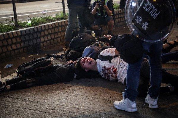香港警方暴力拘捕示威者。(图片来源:中央社)
