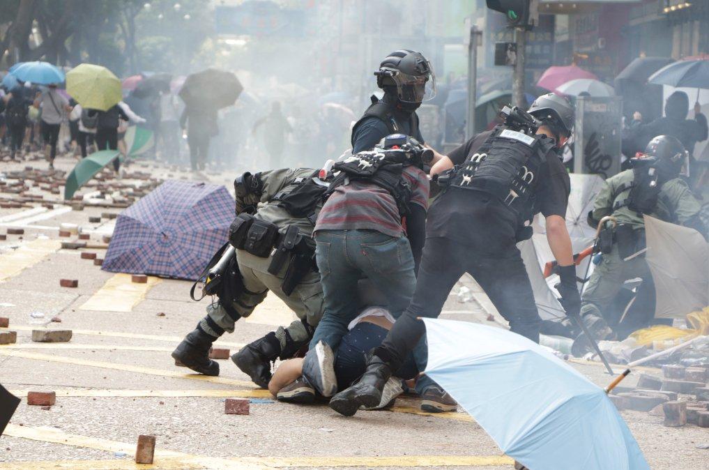圖為11月香港理工大學外港警抓捕示威者。 (圖片來源:中央社)