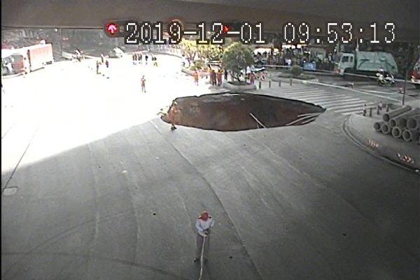 12月1日,广州大道北与禺东西路交界处发生地面塌陷。(图片来源:微博)