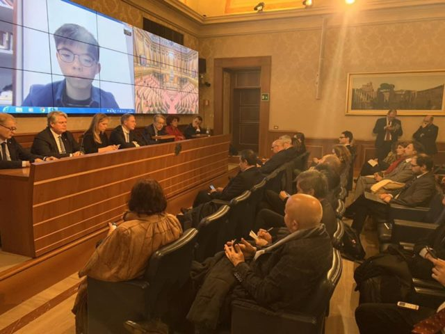 黄之锋11月28日透过视讯参加意大利听证会。(图片来源:黄之锋脸书)