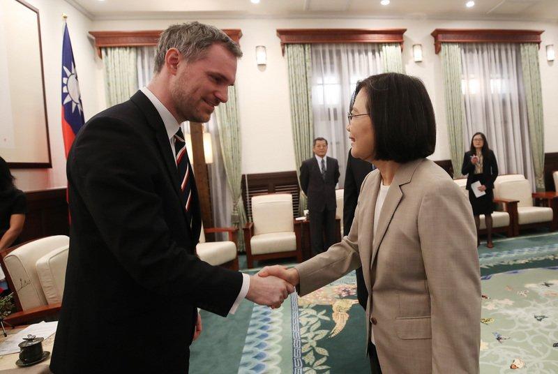 蔡英文总统(右)3月30日上午在总统府接见捷克布拉格市长贺瑞普(Zdenek Hrib)(左),感谢他对台湾的支持。(图片来源:中央社)