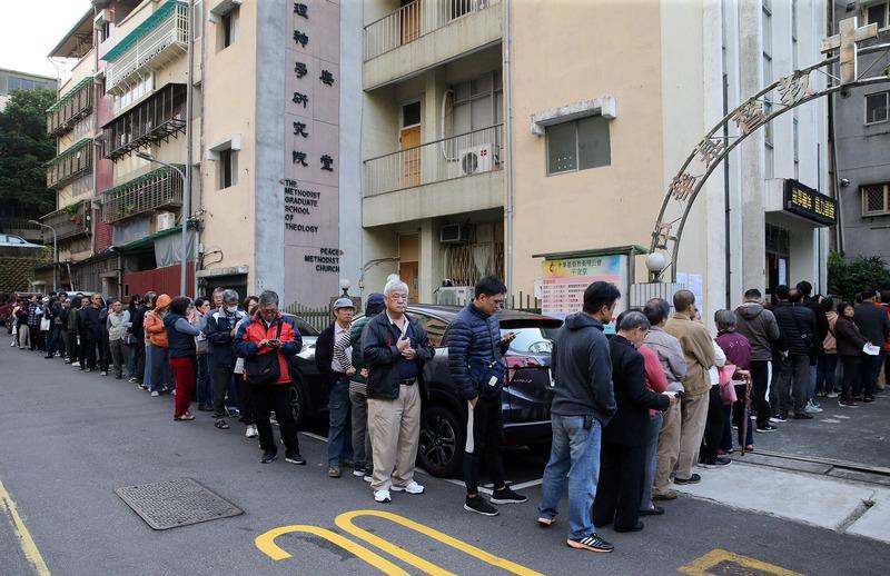 早上8点之前就有民众到投票所排队等待。 (图片来源:中央社)