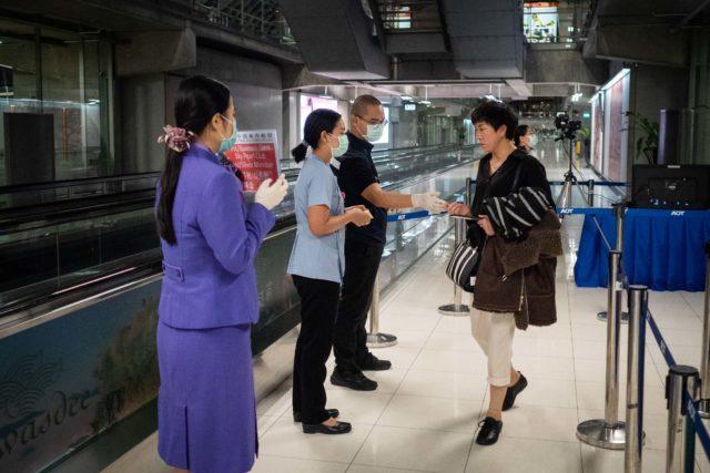 泰国公共卫生官员在泰国曼谷机场对从中国武汉抵达的乘客进行热扫描