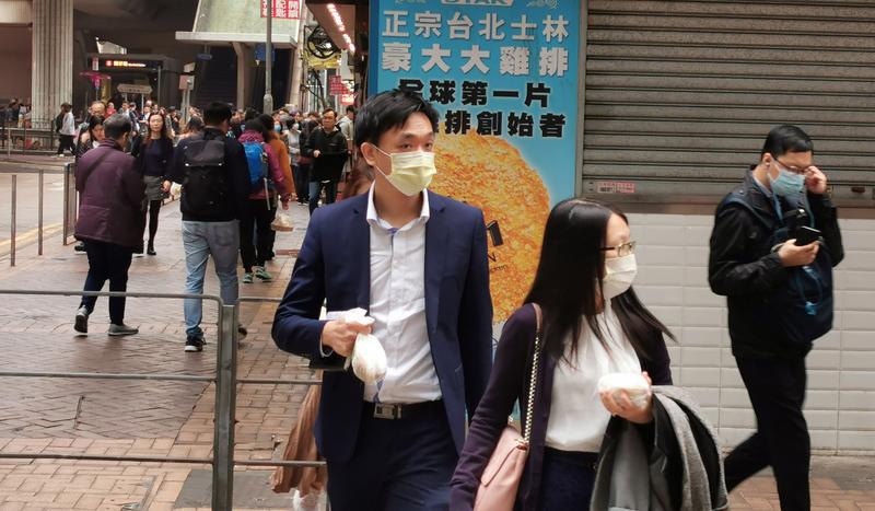 武汉肺炎正在各地蔓延,勾起了香港市民开始戴上口罩,以免受传染。(中央社)