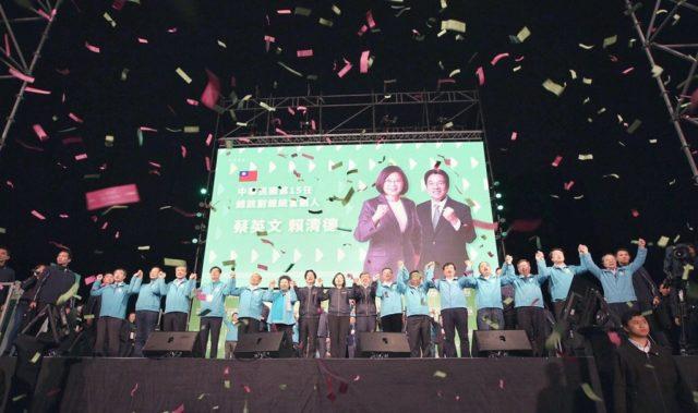 台湾总统蔡英文(中)11日连任成功,得票数817万231票创1996年总统直选以来最高纪录。 (图片来源:推特)