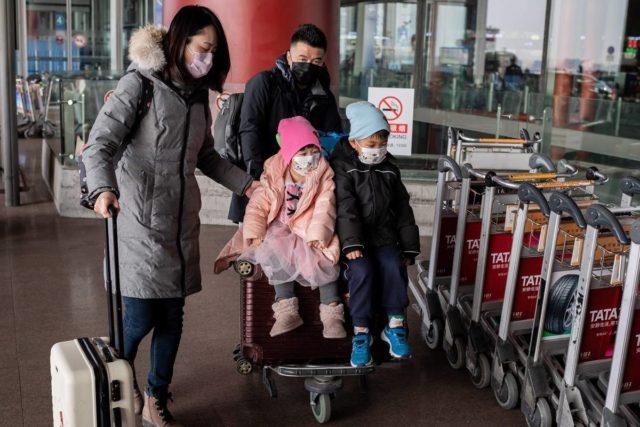 武汉肺炎疫情爆发期间,有民众戴口罩出游。(图片来源:NICOLAS ASFOURI/AFP via Getty Images)