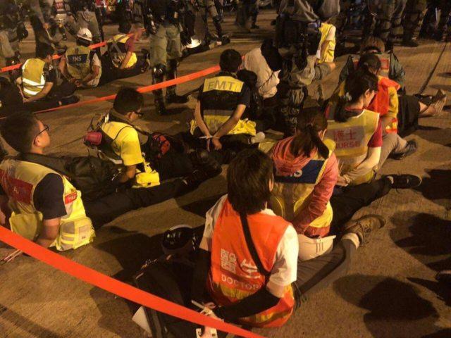 港警對反送中抗爭民眾以及救護人員施予暴力的問題引起國際關注