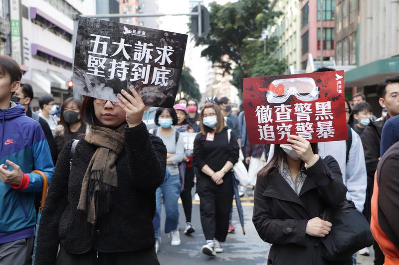 民陣1208遊行 示威者高舉標語行進