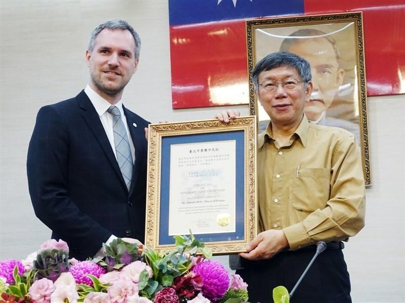 布拉格市长Zdeněk Hřib(左)宣布,明年1月与台北市长柯文哲签署姐妹市协议。(图片来源:中央社)