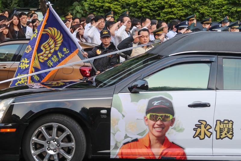 车队在国防部前停留约30秒,由宣读官王柔宣读赞文。