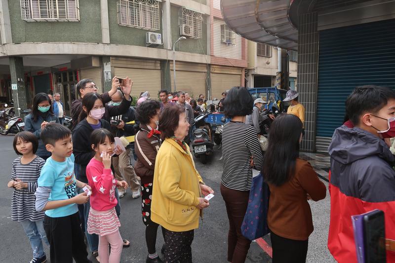 蔡英文总统成功连任,高雄市小港区15日下午有支持者发送250份鸡排,民众大排长龙等待领取。 (图片来源:中央社)