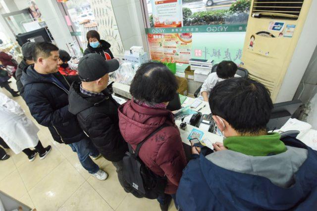 大批民众在药房购买口罩(图片来源:STR/AFP via Getty Images)