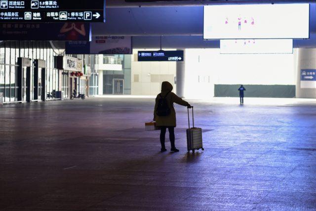 武汉宣布封城后空荡荡的火车站(图片来源:HECTOR RETAMAL/AFP via Getty Images)