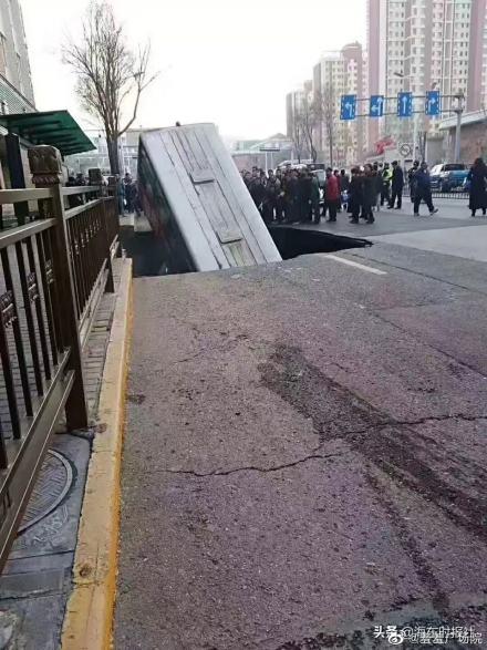 西宁路面塌陷造成6人死亡10人失联(图片来源:微博)