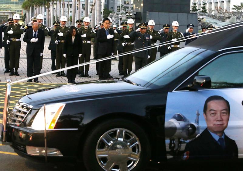 车队缓缓驶进国防部,第一部是沉一鸣的灵车。国军向车队行军礼致敬。