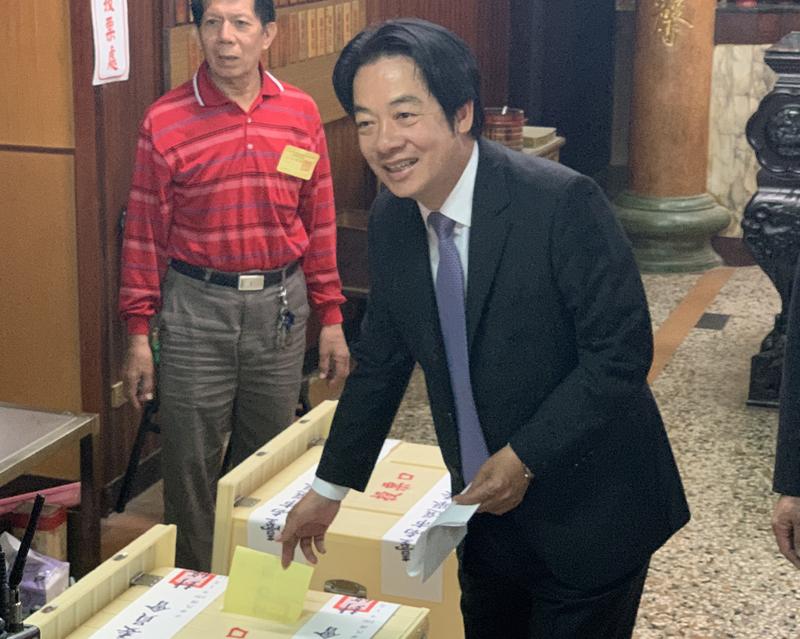 民进党副总统候选人赖清德上午前往台南市中西区住家旁的投票所投票。 (图片来源:中央社)