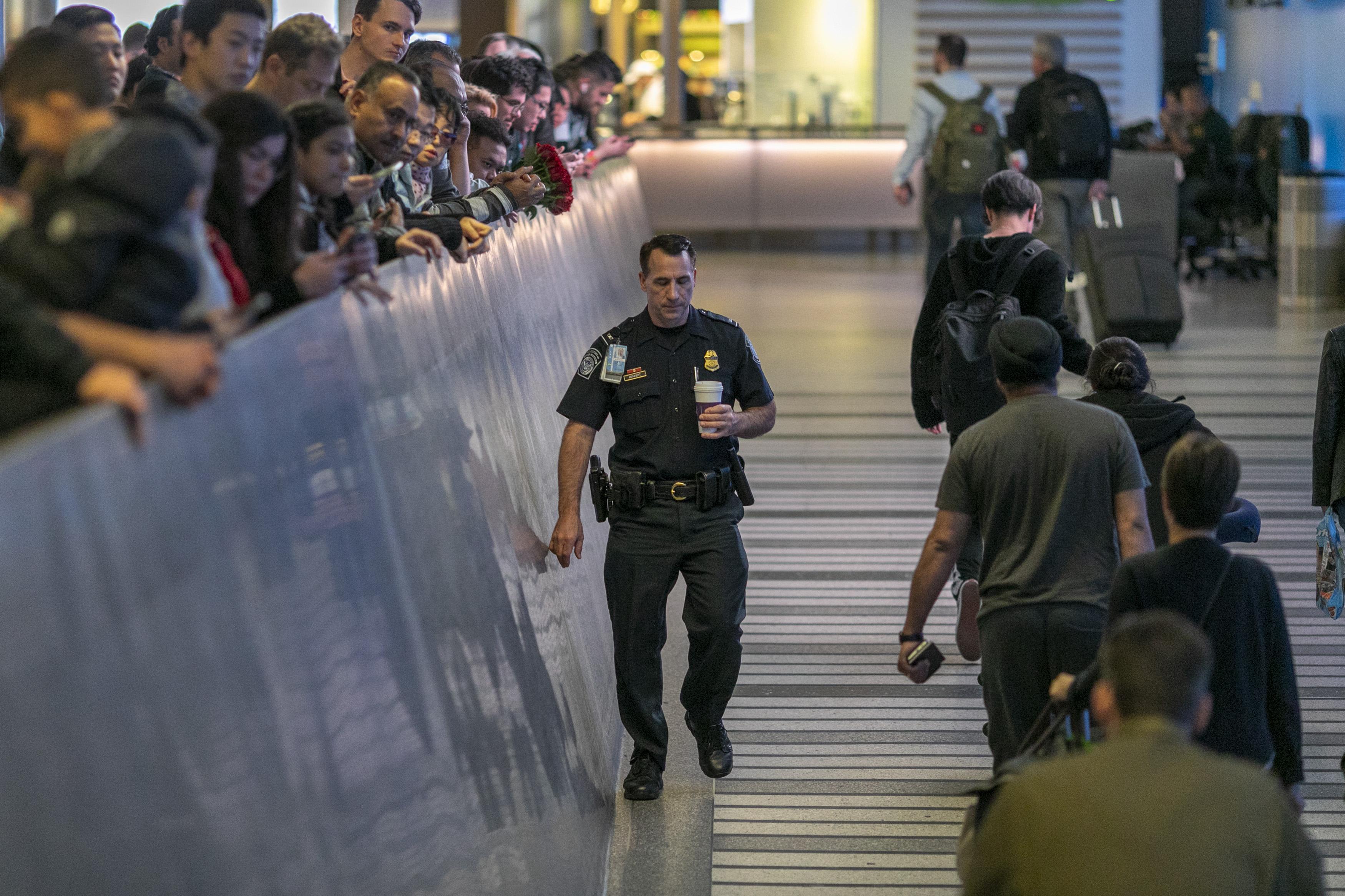 圖為美國洛杉磯對來自中國武漢的人群進行新型冠狀病毒健康檢查。
