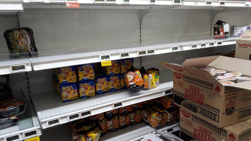 新加坡确诊病例激增超市被抢购一空(图片来源:中央社)
