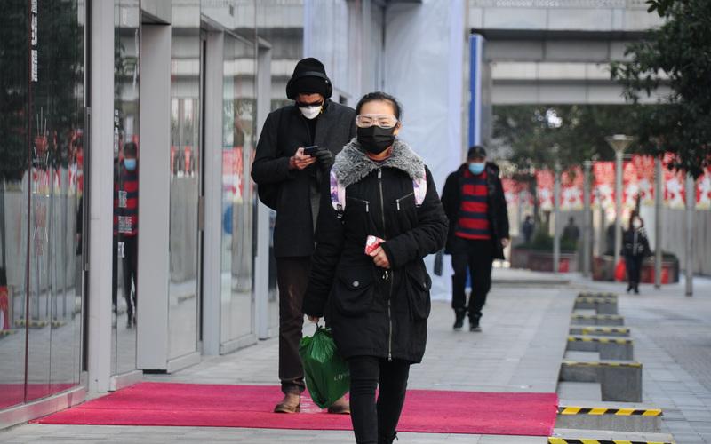 上海10日企业复工 民众全副武装上班(图片来源:中央社)