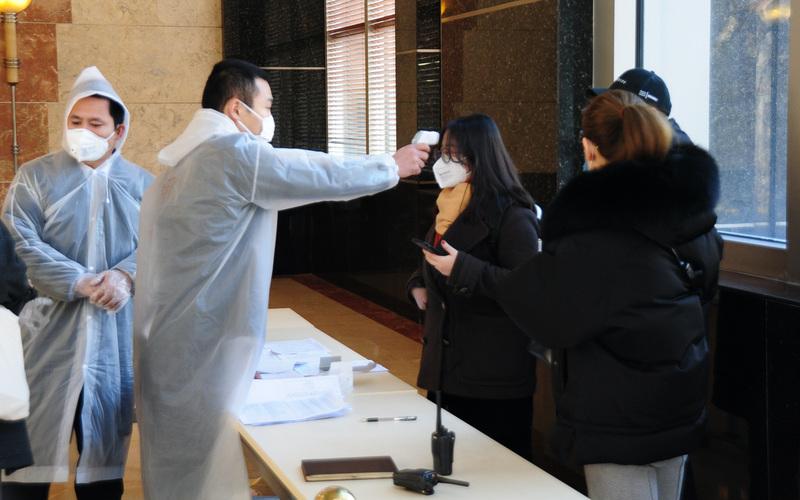上海一家公司为工作人员测体温(图片来源:中央社)