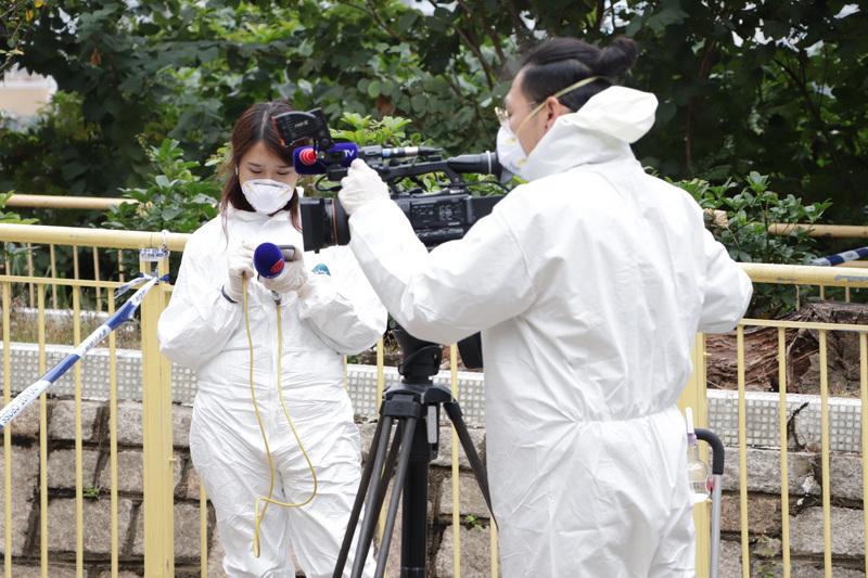 香港迄今已有49例确诊港媒记者穿全套隔离服采访(图片来源:中央社)